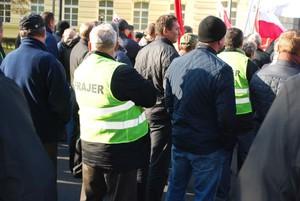 """Zdjęcie numer 3 - galeria: Sadownicy protestowali w stolicy w kamizelkach z napisem """"Frajer"""" (galeria zdjęć)"""