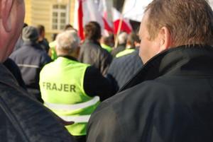 """Sadownicy protestowali w stolicy w kamizelkach z napisem """"Frajer"""" (galeria zdjęć)"""