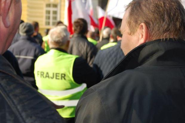 Sadownicy protestowali w stolicy w kamizelkach z napisem
