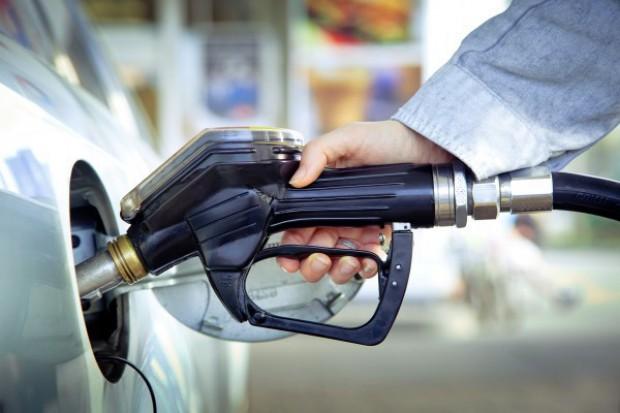 Na stacjach paliw coraz taniej