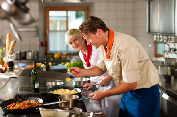 Kobiety nadal spędzają w kuchni dużo więcej czasu niż mężczyźni