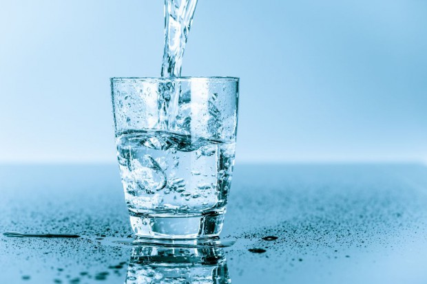 Polacy powinni pić więcej płynów, szczególnie wody (video)
