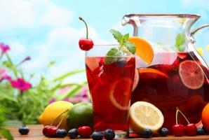 Polacy coraz częściej sięgają po wina gronowe z dodatkiem soków owocowych