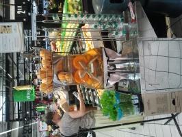 Zdjęcie numer 1 - galeria: Biedronka i Carrefour wyciskają w sklepach świeże soki