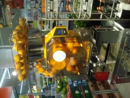 Zdjęcie numer 2 - galeria: Biedronka i Carrefour wyciskają w sklepach świeże soki