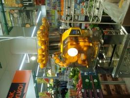 Zdjęcie numer 4 - galeria: Biedronka i Carrefour wyciskają w sklepach świeże soki