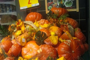Warzywa sezonowe w sklepie Carrefour - sztuka ekspozycji