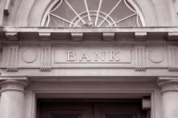 Banki podnoszą opłaty za usługi