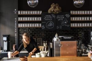 Zdjęcie numer 1 - galeria: AmRest otwiera kolejną kawiarnię konceptu Starbucks Reserve w Polsce (zdjęcie)