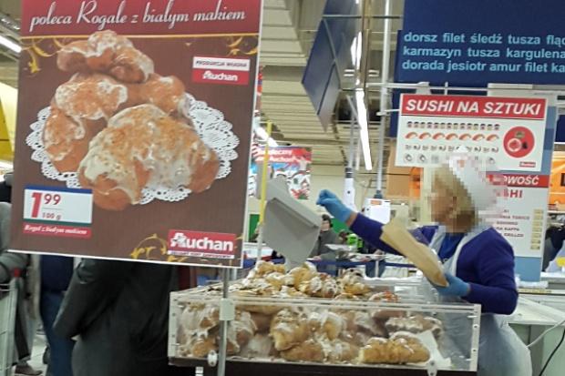 Auchan na specjalnym stoisku sprzedaje rogale a'la świętomarcińskie