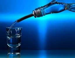 Niska produkcja wódki. Rośnie import skażonego spirytusu z Węgier