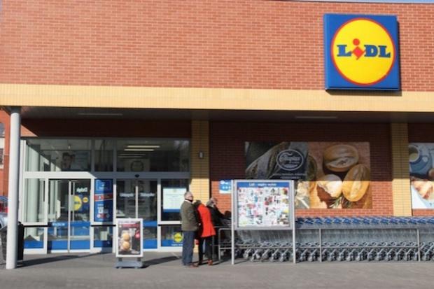 Lidl testowo wprowadza do sklepów mniejsze koszyki zakupowe