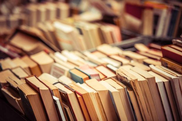 Włochy: Po likwidacji biblioteki wypożyczalnia książek u rzeźnika i fryzjera