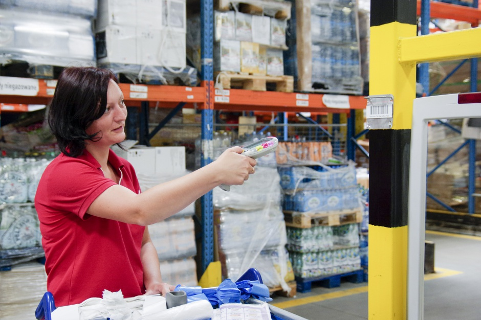 Sieci handlowe walczą o zatrzymanie pracowników. Podnoszą wynagrodzenia