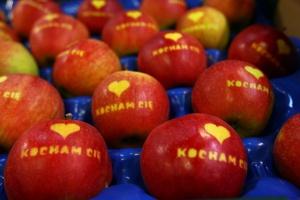 Bronisze sprzedają jabłka dla zakochanych