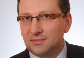 Prawnik interpretuje zapisy prawne o terminach zapłaty w transakcjach handlowych