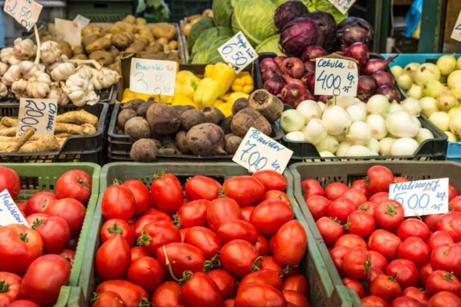 W 2015 r. żywność potaniała o 1,7 proc. Jedynie ceny warzyw i owoców nie spadły