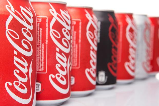 Coca-Cola zamknęła 2015 rok z zyskiem agresywnie tnąc koszty