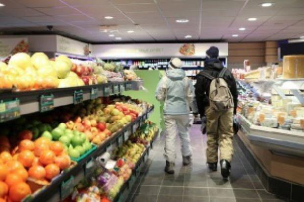 Spada liczba sklepów owocowo-warzywnych i spożywczych
