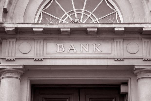 Spada liczba sieci bankowych placówek