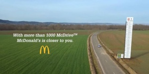 Ogromny billboard McDonald's kpi z Burger Kinga