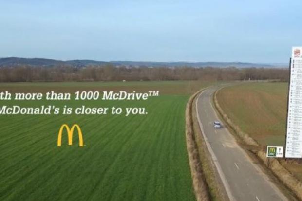 Ogromny billboard McDonald's kpi z Burger Kinga
