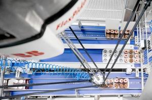 Zdjęcie numer 1 - galeria: Sery, wędliny i ciastka w rękach robota