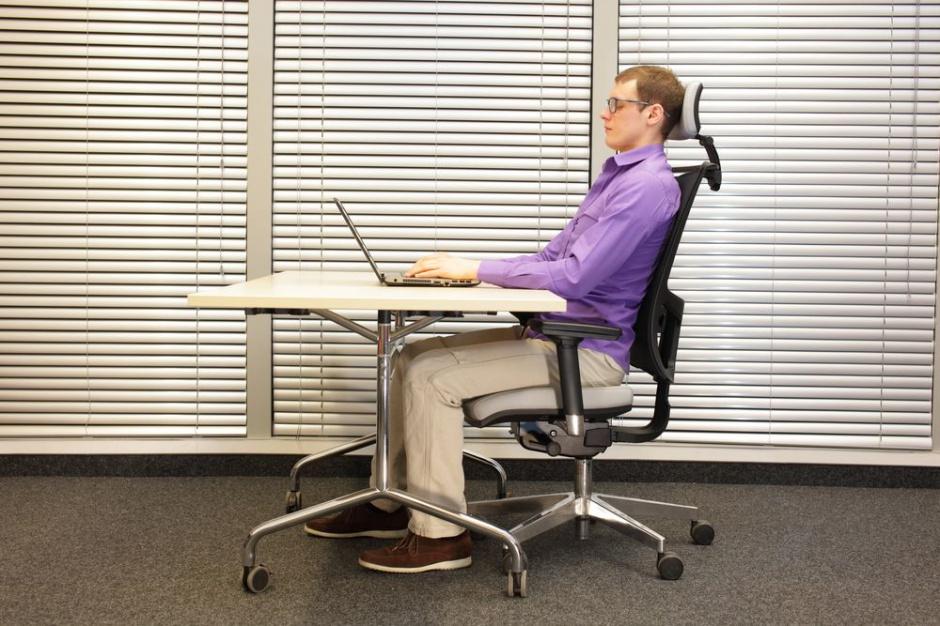Źle dobrane stanowisko biurowe powoduje bóle pleców i gorszą wydajność pracy
