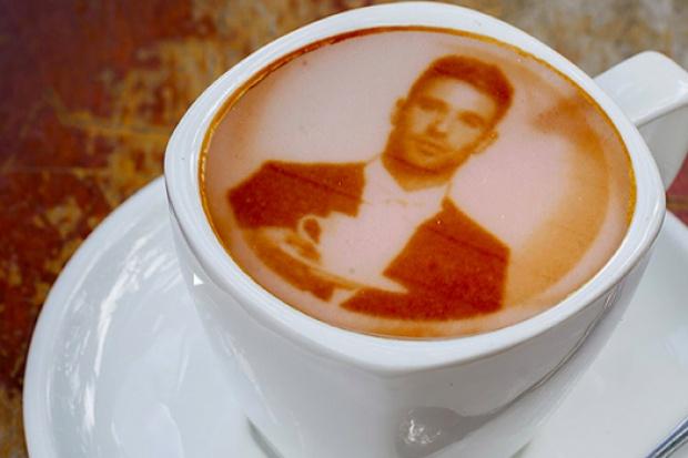 Wypij latte ze swoim selfie. Ekspres wydrukuje Twoje zdjęcie na mleku