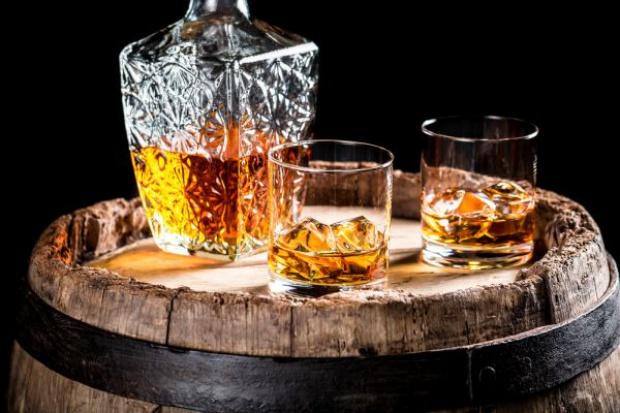 Polacy kupują whisky w dyskontach i hipermarketach; wydają na raz ponad 55 zł - raport