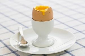 """Jedno jajko to około 150 kalorii. Zdrowsze są ugotowane """"na miękko"""""""