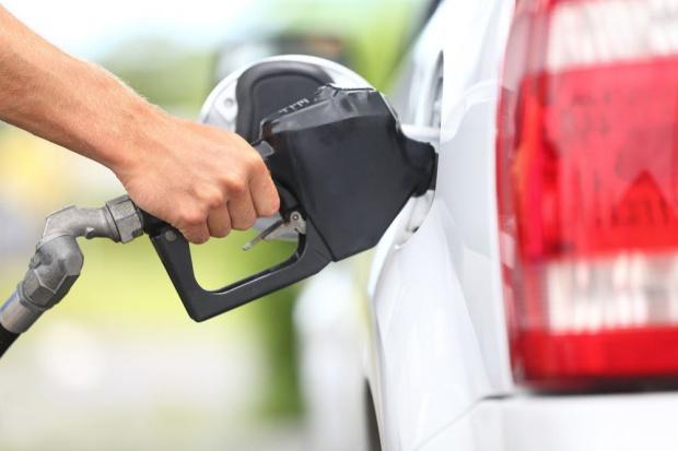 Rosną ceny paliw, ale święteczne wyjazdy tańsze niż rok temu