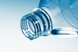 Perspektywy rozwoju rynku wód butelkowanych skłaniają producentów do inwestycji