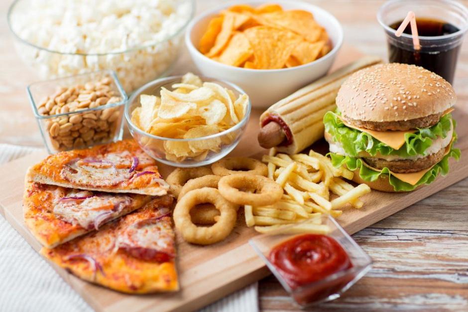 Przyczyną światowego kryzysu otyłości jest powszechny dostęp do śmieciowego jedzenia
