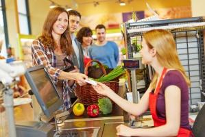 Kasjer w markecie zarabia średnio 2634 zł brutto