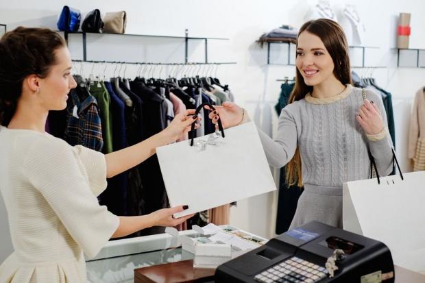 Pracownicy sklepów odzieżowych mogą pomarzyć o stawkach z Lidla i Biedronki