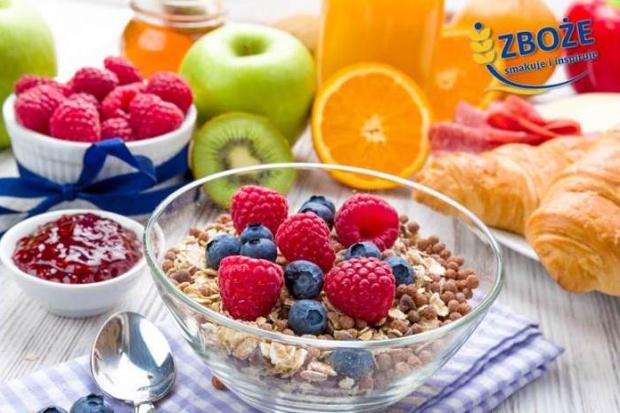 Polacy na śniadanie najchętniej jedzą pieczywo i płatki zbożowe