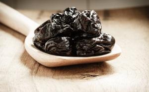 Polacy coraz chętniej jedzą śliwki kalifornijskie