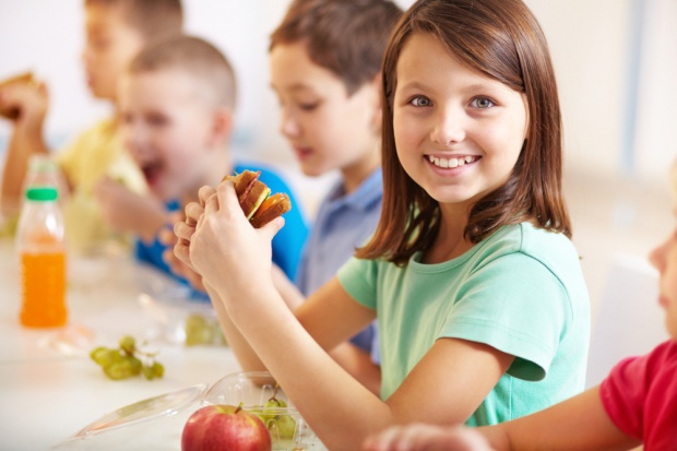 Od września w sklepikach szkolnych zdrowe kanapki, sałatki i mleko