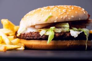Koniec z mrożonkami? McDonald's testuje dania ze świeżego mięsa