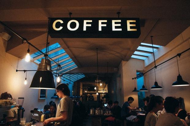 Trendy kawiarniane - najpopularniejszy Starbucks i kawa latte (infografika)