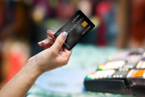 Za zakupy w sieciach handlowych najchętniej płacimy zbliżeniowo