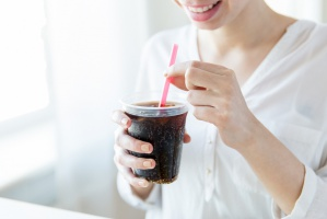 Picie słodkich napojów w czasie upałów skutecznie odwadnia