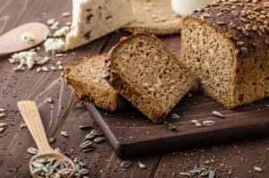 Naukowcy: Chleb razowy chroni przed zawałem, udarem, rakiem oraz infekcjami
