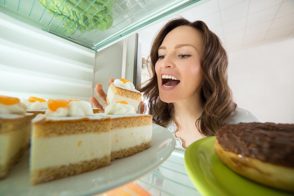 Dwie trzecie Polaków codziennie je przekąski, najczęściej słodkie i niezdrowe
