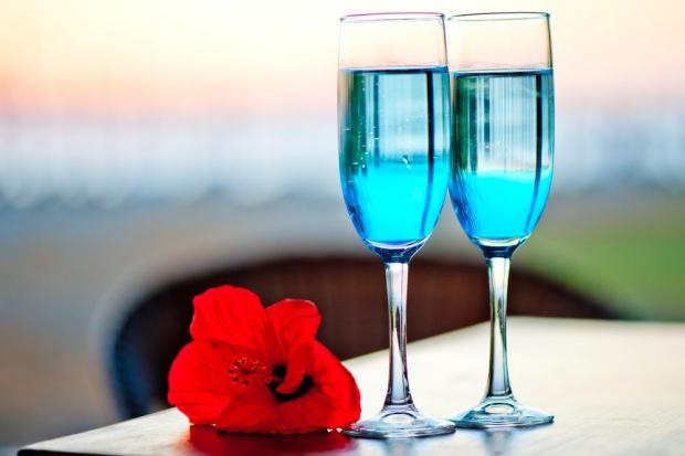 Hiszpański startup stworzył niebieskie wino dla millenialsów