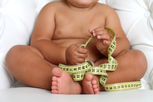 Nadwaga w dzieciństwie może prowadzić do wczesnego sięgnięcia po używki