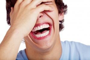 Polacy najchętniej śmieją się z polityków - raport