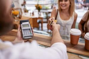 NBP: Rekordowy udział transakcji zbliżeniowych w płatnościach kartami