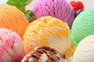 Polacy jedzą coraz więcej lodów, więcej płacą, a lody przestają być sezonowe